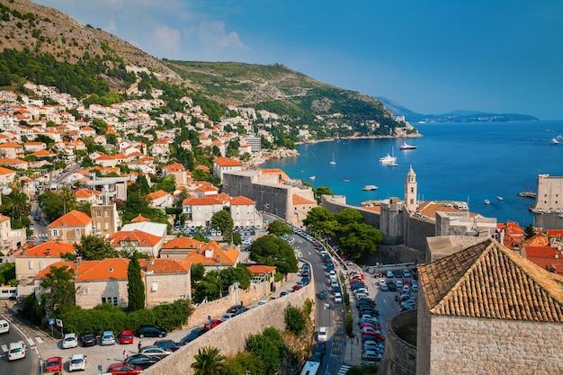 Vista aerea del litorale di dubrovnik con piccole case dalle mura della città, croazia