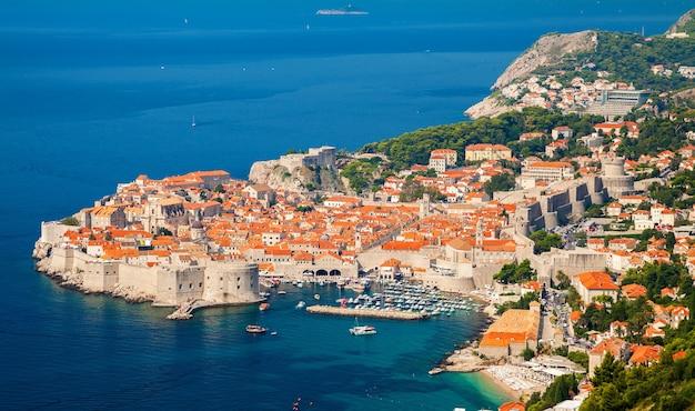 Vista aerea della città vecchia di dubrovnik (ragusa medievale), costa dalmata del mare adriatico, croazia