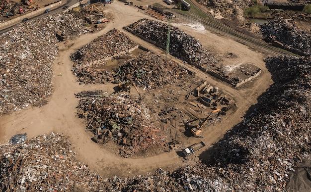 Vista aerea della discarica con rottami metallici