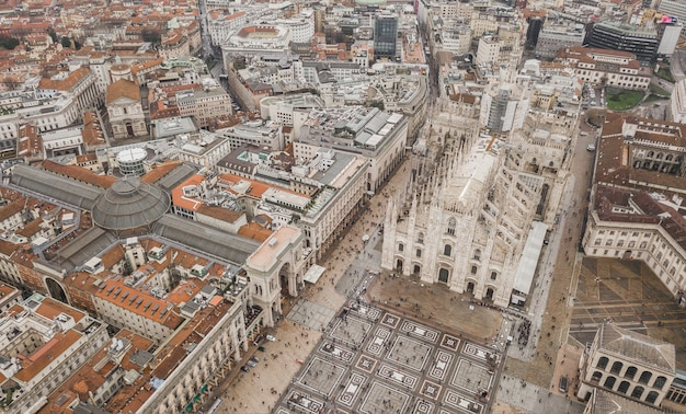 Veduta aerea del duomo di milano, galleria vittorio emanuele ii, piazza del duomo