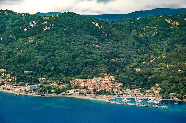 Vista aerea della costa orientale di corfù nel quartiere di benitses, grecia