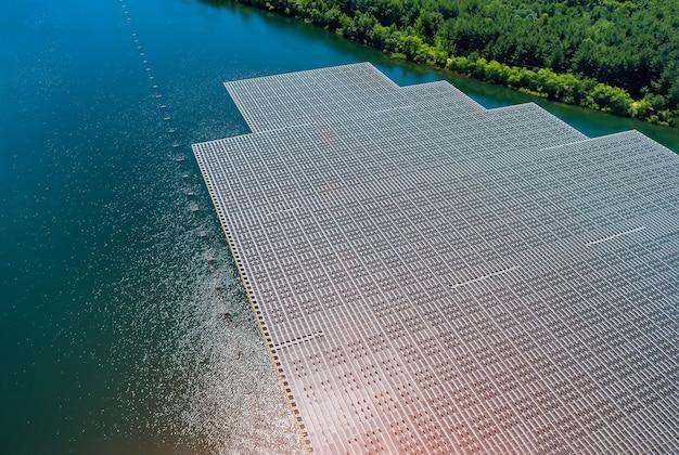 Vista aerea sull'energia ecologica della centrale solare galleggiante sul laghetto d'acqua