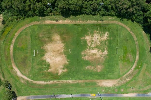 Vista aerea del campo di calcio verde vuoto con pista di atletica vista stadio vuoto dall'alto.