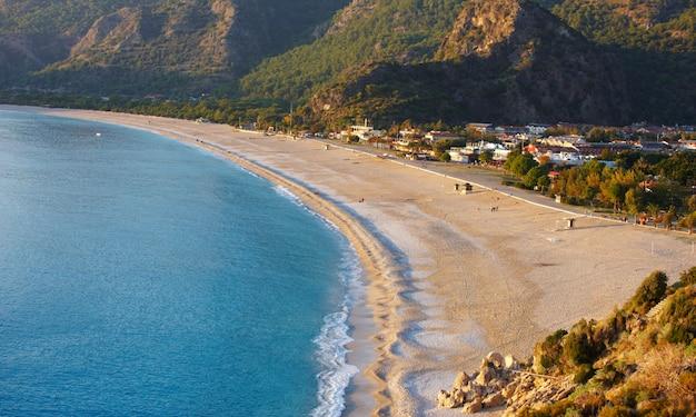 Vista aerea della spiaggia vuota di oludeniz