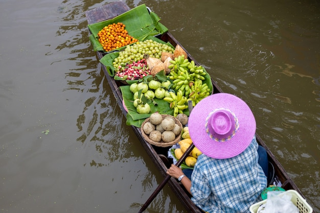 Vista aerea famoso mercato galleggiante in thailandia mercato galleggiante di damnoen saduak ratchaburi thailandia