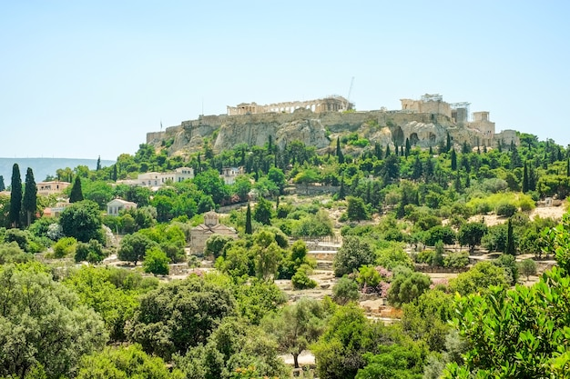 Veduta aerea del famoso tempio greco contro il cielo blu chiaro, acropoli di atene in grecia