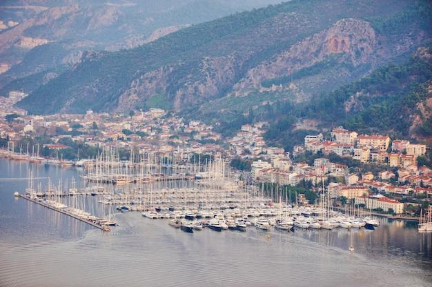 Vista aerea di una baia di fethiye con il porticciolo e gli yacht