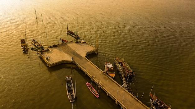 Vista aerea della porta di pesca nel tempo crepuscolare, tailandia