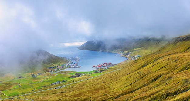 Vista aerea del fiordo. oceano atlantico. nuvole e isole faroe