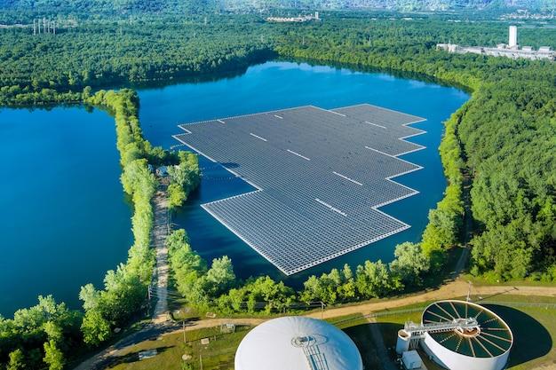 Vista aerea della piattaforma di celle di pannelli solari galleggianti sul bellissimo lago