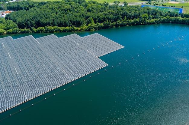 Vista aerea della fattoria del parco del sistema della piattaforma delle celle di pannelli solari galleggianti sul lago Foto Premium