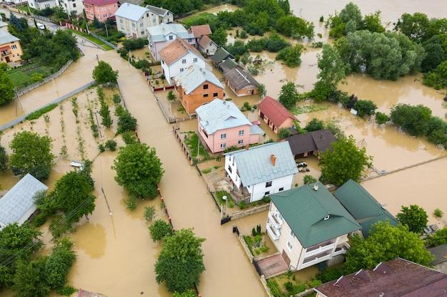 Vista aerea di case allagate con acqua sporca del fiume dnister nella città di halych, ucraina occidentale.