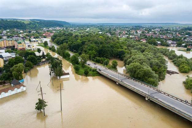 Vista aerea delle case sommerse con acqua sporca del fiume dnister nella città di halych, ucraina occidentale.