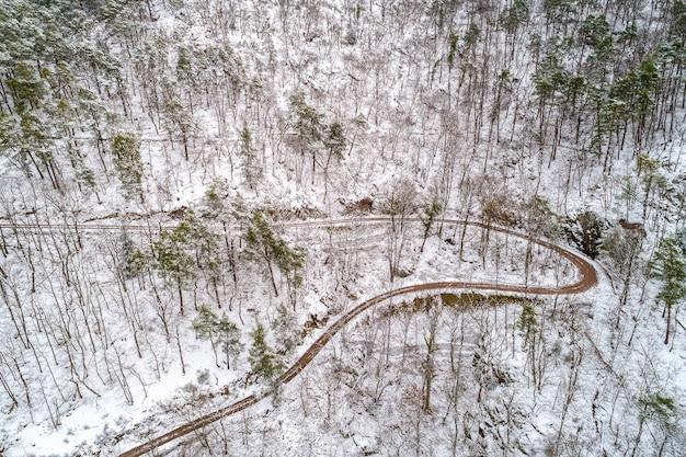 Vista aerea di una foresta nelle montagne dei vosgi in inverno. alsazia, francia
