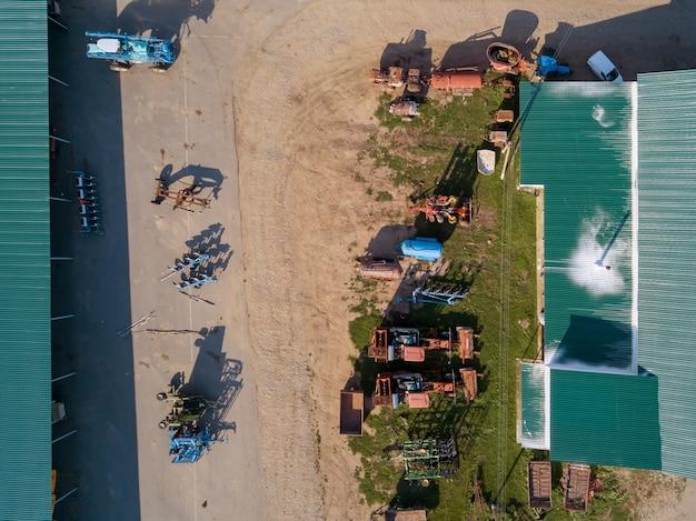 Vista aerea da drone di macchine agricole per la coltivazione dei campi, la semina e la raccolta dei raccolti. vista dall'alto.