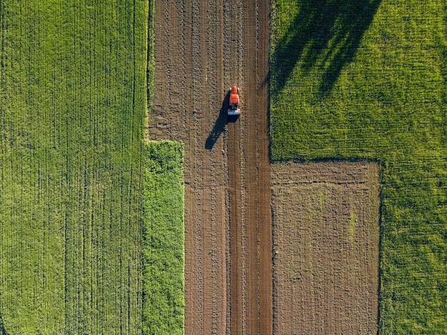Vista aerea dal drone, vista a volo d'uccello di campi agricoli attraversati da una strada