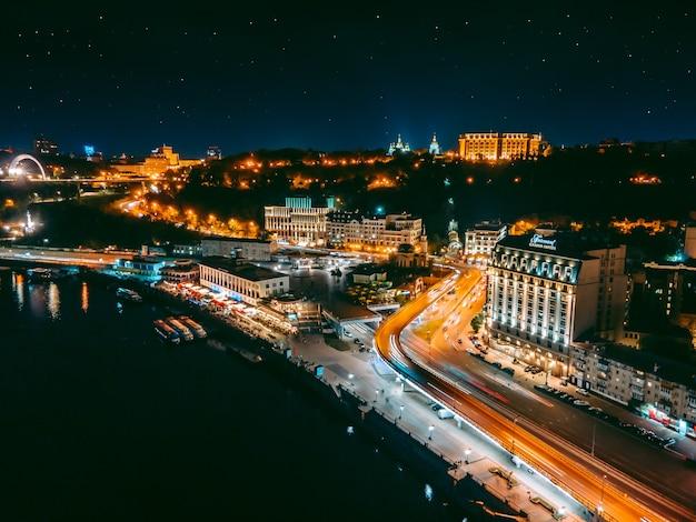 Vista aerea da un drone dell'argine e del centro di kiev di notte