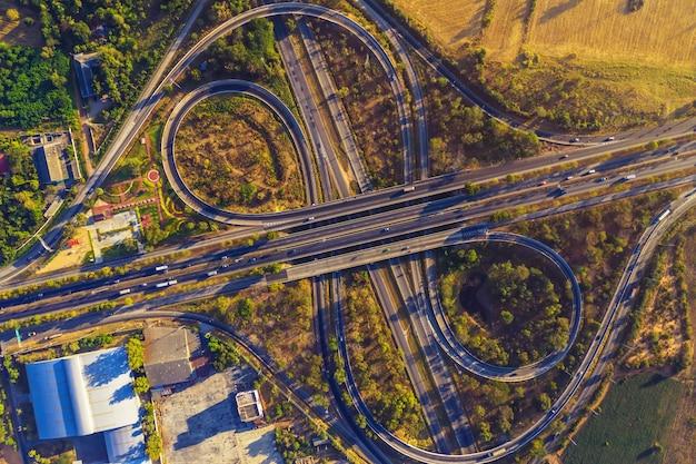 Vista aerea dal drone della superstrada multi obiettivi, mittraphap road, nakhon ratchasima, thailandia