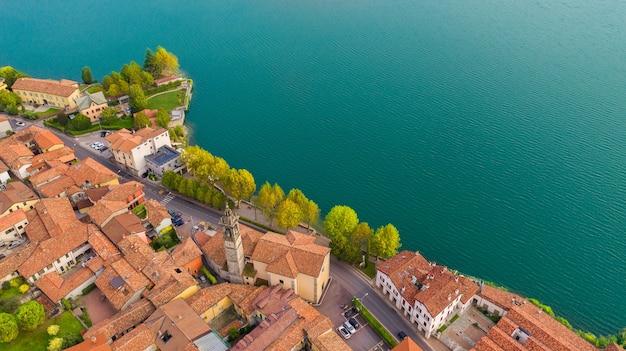 Vista aerea dal drone del paesaggio di una piccola cittadina sulle rive del lago di como, italia.