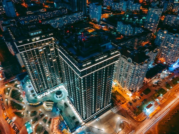 Vista aerea dal drone sulla città di notte