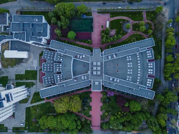 Vista aerea da un drone di una casa di cemento sovietica a forma di farfalla