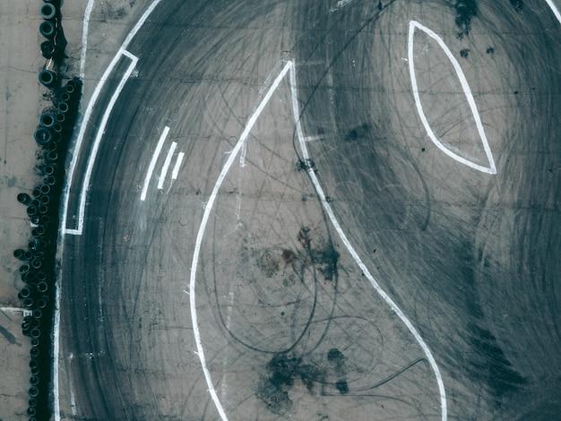 Vista aerea da drone su pista sportiva per il drifting in auto