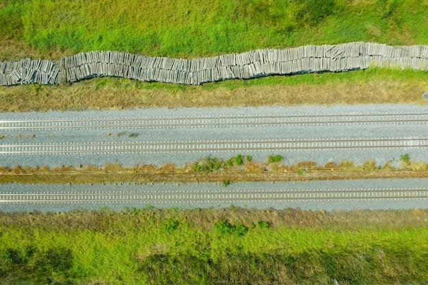 Vista aerea dal drone volante dei binari ferroviari