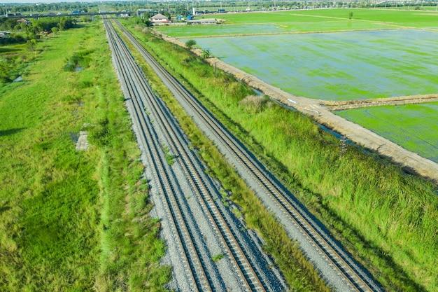 Vista aerea dal drone volante dei binari della ferrovia