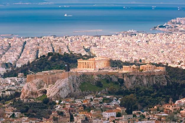Vista aerea dal monte licabetto della collina dell'acropoli, coronata dal partenone ad atene, grecia