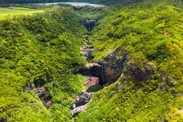 Vista aerea dall'alto della cascata tamarin sette cascate nelle giungle tropicali dell'isola di mauritius.