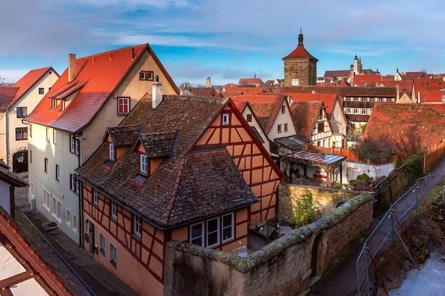Vista aerea dalle mura della città di weisser turm e pittoresche facciate colorate e tetti della città vecchia medievale di rothenburg ob der tauber, baviera, germania