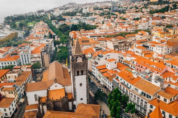 Vista aerea della città vecchia di funchal, isola di madeira con tetti arancioni