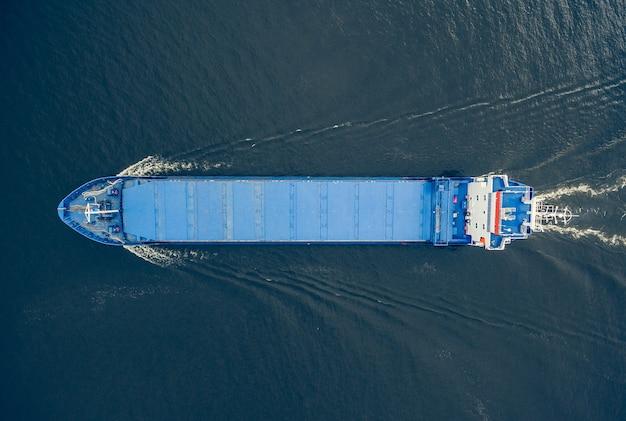 Vista aerea della nave da carico generale in mare aperto