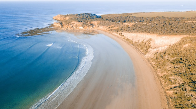 Vista aerea della great ocean road al tramonto, victoria, australia