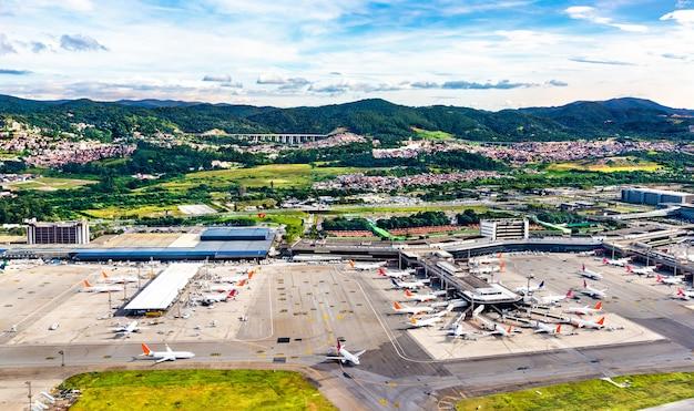 Vista aerea dell'aeroporto di guarulhos a san paolo, brasile