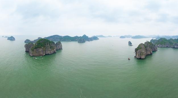 Vista aerea di isole di roccia calcarea uniche della baia di ha long in vietnam