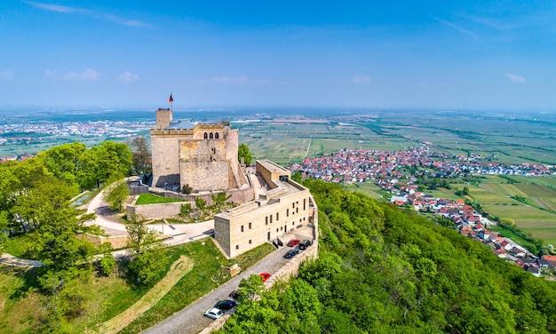 Vista aerea di hambacher schloss o castello di hambach nella foresta del palatinato. renania-palatinato, germania.