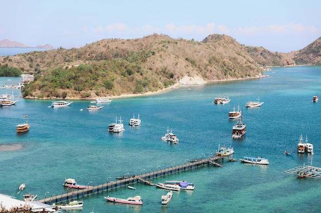 Vista aerea del porto con molte barche sull'isola di labuan bajo