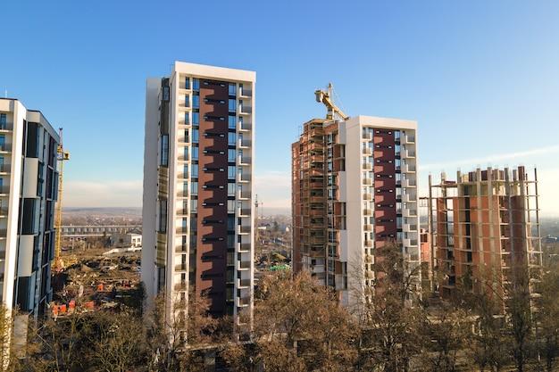 Vista aerea della gru a torre alta e dei condomini residenziali in costruzione. sviluppo immobiliare.