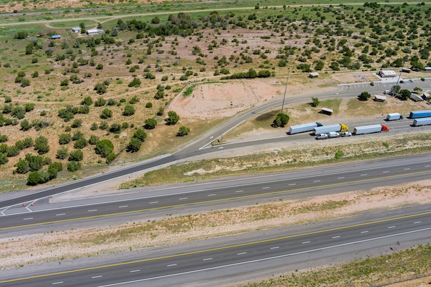Vista aerea dell'area di sosta dell'autostrada con ampio parcheggio per auto camion vista dall'alto dell'autostrada nel deserto nuovo messico usa
