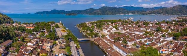 Vista aerea del centro storico e dell'ancoraggio della città di paraty, rio de janeiro, brasile