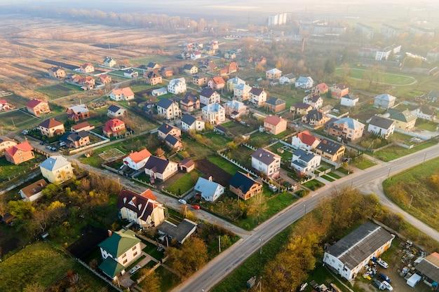 Vista aerea dei tetti di casa nella zona residenziale del quartiere rurale