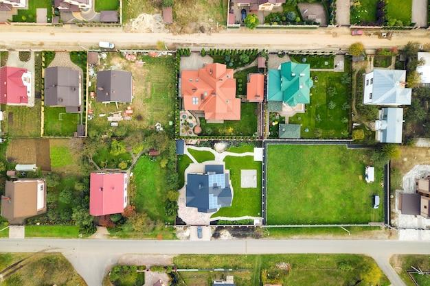 Vista aerea dei tetti di casa nella zona residenziale del quartiere rurale.