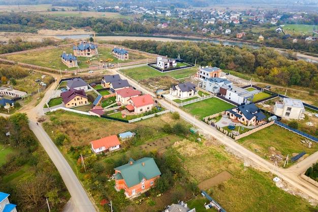 Vista aerea dei tetti domestici nella zona residenziale del quartiere rurale.
