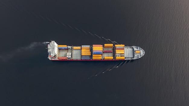 Vista aerea di un'enorme nave portacontainer che galleggia nel mare