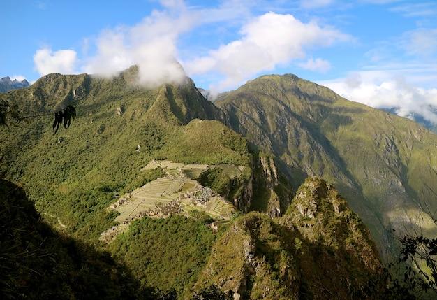 Vista aerea delle rovine della cittadella inca di machu picchu vista dalla montagna huayna picchu peru