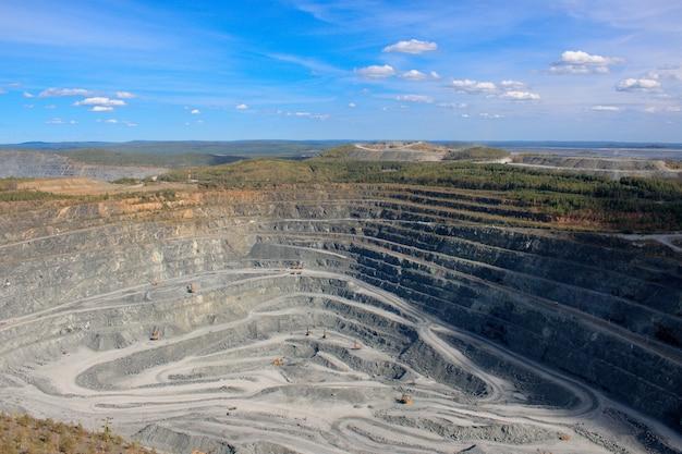 Vista aerea industriale della cava mineraria a cielo aperto con molti macchinari al lavoro - vista dall'alto. estrazione di calce, gesso, calx, caol