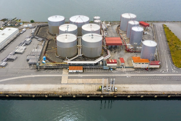 Vista aerea di serbatoi industriali per carburante in un porto marittimo, riprese da un drone