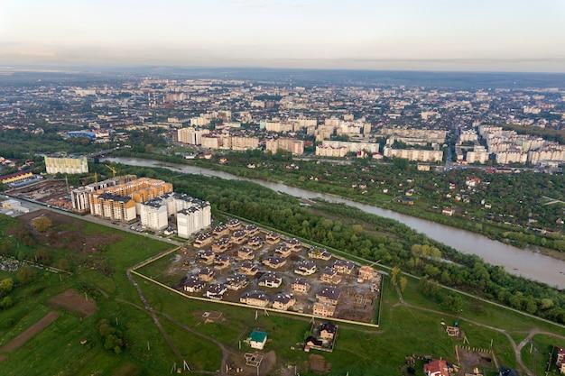 Vista aerea della città di ivano-frankivsk con area residenziale e case di periferia con un fiume nel mezzo.