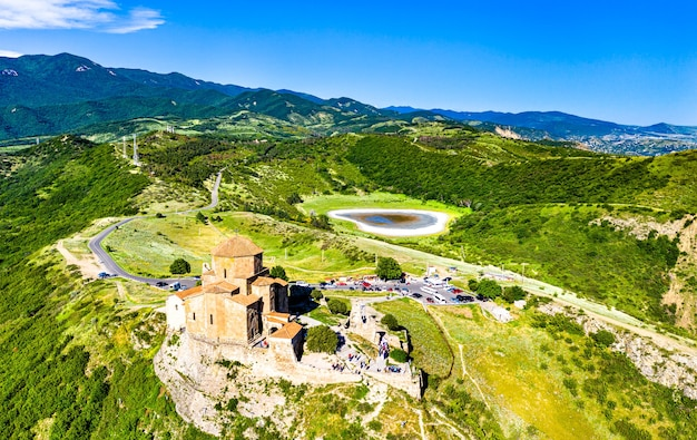 Vista aerea del monastero di jvari vicino a mtskheta. in georgia